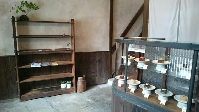 店内は町家の造りをそのまま活かした、なんともアンティークな風合いのシンプルな内装。まるで古美術品のように展示されている和スイーツが印象的です。