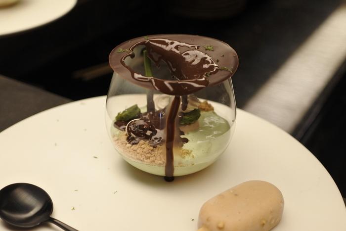 目の前でとろりと濃厚なチョコレートが注がれると、ショコラの蓋が溶けて穴があき、スイーツの扉が開かれる目にも楽しい演出♪いろいろな味や食感が楽しめる芸術的なスイーツです。