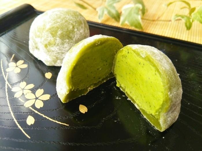 和菓子といえば抹茶もハズせません。3分でできる求肥に抹茶のガナッシュを包んだ洋風の生チョコ大福は、あんこが苦手なお子様にも喜んでもらえそう。