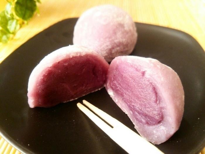 求肥がうっすらと紫でとってもオシャレ。白餡と紫芋のパウダーで作る餡が、テーブルを華やかに彩ります。