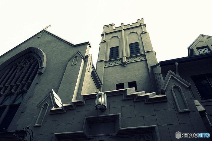 JR三宮駅より徒歩10分の場所にあるゴシック様式の有形文化財、1927年築の旧・神戸ユニオン教会。こちらを改装されたお店が「フロインドリーブ」です。