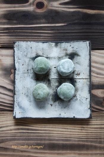 白あんに抹茶パウダーを混ぜればウグイス色のあんが完成。一口で食べやすいサイズの大福は、来客時にも重宝しそうですね。