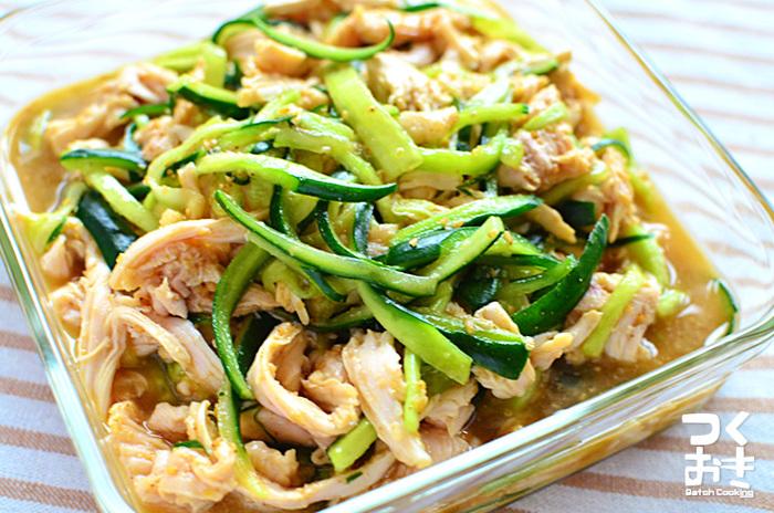 「蒸し鶏きゅうり」。パサパサしがちな鶏むね肉をしっとり仕上げられるレシピです。材料をお鍋に入れて放っておくだけなので違う用事をしながら作れますね。 【冷蔵保存で約5日間】