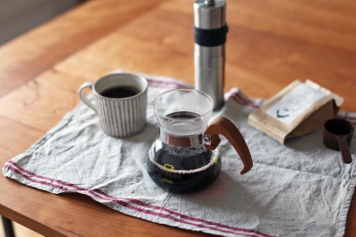 """けれども、""""最後の一滴""""をサーバーへ落としてはいけません。  コーヒーは、最初の一滴が一番美味しく、後になればなるほど、雑味の元ととなる苦味の成分や不純物が増えるからです。  コーヒーの味を決める大事な要点ですので、ぜひ覚えておきましょう。"""