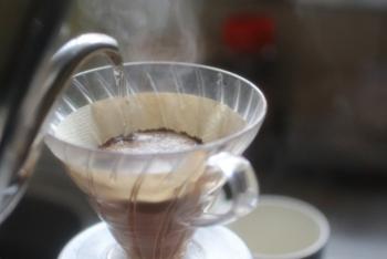 4.蒸らし終わったら、いよいよコーヒーを抽出します。  注ぐ時は、真ん中から円を描くように、少しずつ湯を注ぎます。  フィルターにお湯が直接かからないようにしましょう。