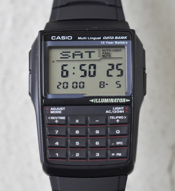 電算機メーカーカシオが作った電卓付きの腕時計。 ユーモアたっぷりのデータバンクですが、その機能はまだまだ序の口。 他にもたくさんの機能満載で、一万円前後で手に入ってしまうなんて驚きです。