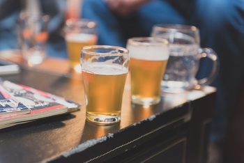 スイーツに合うお酒といえば、代表的なものはシャンパンやスパークリングワイン、ウィスキーなどが多いですが、意外にもビールやカクテルもよく合います。特にビールは原料に麦が入っていることもあり、お菓子との相性もぴったり。