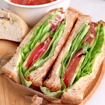 ベーシックなパンがきちんとおいしいお店。ミミまでそのままで美味しい食パン、クロワッサン、ラスクまで全てが絶品という評判です。