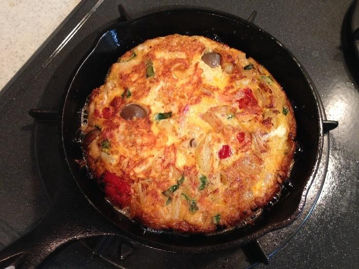 スキレットで作ってそのままテーブルに出すのもおすすめ。アウトドアでも大活躍の料理です。今回は、スパニッシュオムレツの基本レシピやアレンジを加えたレシピを紹介します。