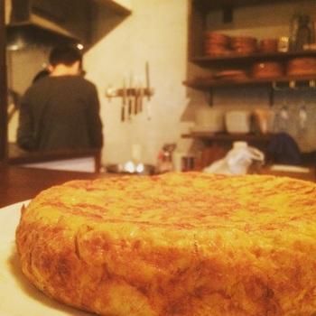 スパニッシュオムレツ、別名スペイン風オムレツは、本場スペインではトルティージャと呼ばれている、具だくさんのオムレツ卵料理です。