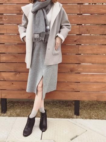ヒップに少しかかる中途半端な丈には、コートとスカートの長さに差を出して着こなしましょう。そうするとメリハリが出て大人キレイな印象に。