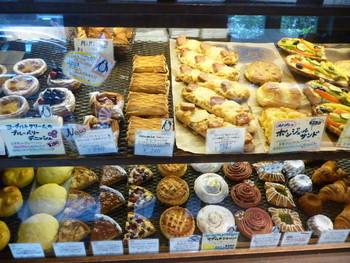 小さなお店のショーケースは美味しそうなパンでいっぱい!! 早く行かないと売り切れるので朝行くのがオススメ。
