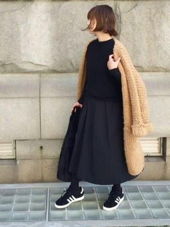 きちんと、でも可愛く。そんな雰囲気にしたいときはラフ感のあるアウターとスカートの丈をほぼ同じに。丈感が揃うとまとまりが出て、おしゃれ上級者のコーデに。