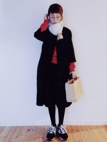ひざ丈のコートに、同じくひざ丈スカートを合わせて。丈が揃うときちんと感が生まれます。