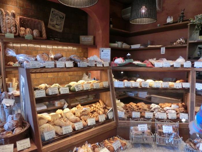 所狭しと並ぶパン。 デニッシュ系も美味しいですよ。 シュークリームはオススメです。 アットホームなお店で気持ちがいいです。