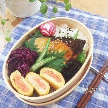 紫キャベツのマリネやひじきは、常備菜で作り置きしておけますね。飾り切りした紫色のラディッシュがお弁当に華を添えています。
