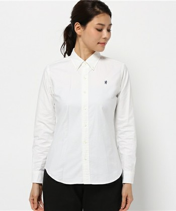 定番のシンプルなホワイトのボタンダウンシャツは、色々なボトムと合わせやすくておすすめ。春夏には半袖、秋冬は長袖で一年中ヘビーユーズしましょう。例えばタータンチェックのスカートを合わせれば、ブリティッシュスタイルに。