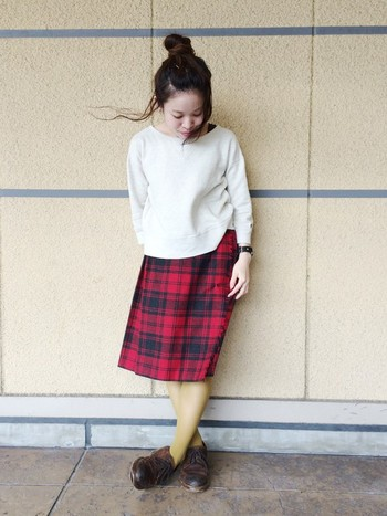 上にスウェットを重ねて、スカート気分。1着で色々着まわせるからオトクです。