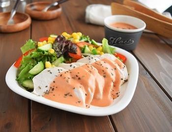 こちらは耐熱皿に鶏胸肉をのせ、酒とサラダ油をかけてレンジで加熱したお手軽レシピ♪お好みのドレッシングや野菜と合わせれば、見た目にも華やかです*