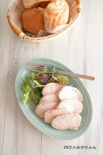 ジップロックの中で、鶏胸肉と調味料をしっかりもみ込み、一晩冷蔵庫で寝かせます。その後、湯を沸かした鍋にジップロックごと入れて火をとめた状態で30分待つだけ♪冷蔵庫で3~5日は保存可能なので、常備菜としても◎