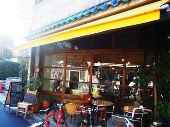 築50年の一軒家を改装した、入谷にある「iriya plus cafe」は、障子や木の窓枠など昭和を感じる造りのカフェです。ご近所には八百屋さんや魚屋さんなどがあり、昔ながらの街に溶け込んでいます。