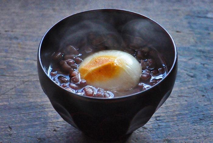 和菓子には欠かせない「小豆」。市販のあんを使えば簡単ですが、丁寧に煮た小豆は何とも言えない優しい味わいになります。ぜひチャレンジしてみましょう。小豆が美味しく煮えたら、ぜんざいだってお手の物。こんがり焼いたお餅と相性抜群です!