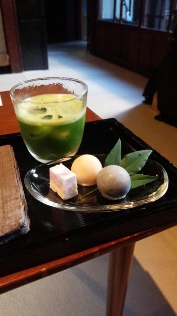 フードやドリンクはお店の雰囲気に合った、控えめで上品なお味が特徴です。特に抹茶がおすすめで、甘味をいただく際はぜひ一緒に頼んでみてください。日本を感じてほっとする、優しいテイストです。