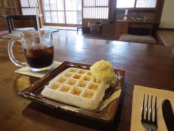 城藤茶店のおすすめは、テレビでも紹介されたワッフルです。お餅を使っているので、普通のワッフルでは出せないもちもち感が衝撃的な一品。はちみつと醤油がかかっており、甘さとしょっぱさのバランスが取れています。