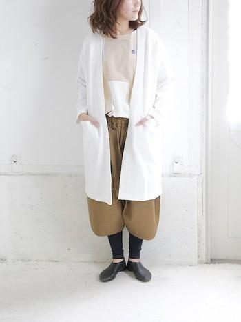バルーンタイプのパンツはゆったりしている分、ウール素材の温かなレギンスを合わせても、着こなしに響くことのないアイテムです。軽くて温かなロングローブを羽織ってより温かく...。