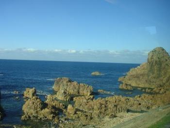 美しい日本海がこんなに近くに! 最高の景色が旅の気分をどんどん盛り上げてくれます。
