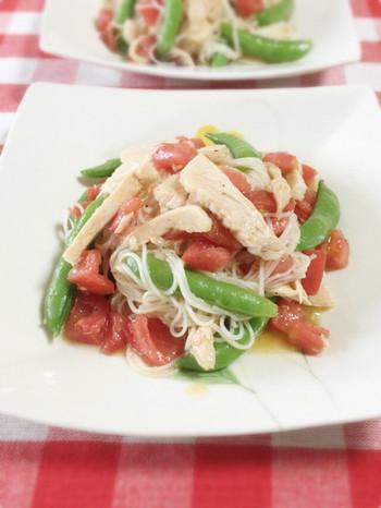食欲がない日にもサラッと食べられそうな、「トマトとサラダチキンの洋風そうめん」。簡単なのに野菜も摂れて栄養満点です!