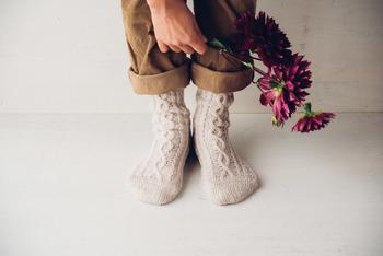寒い季節はつま先が冷えてツライこともありますよね。靴下の重ね履きは、身体全体を暖めることにも繋がるのでぜひ取り入れてみてくださいね。