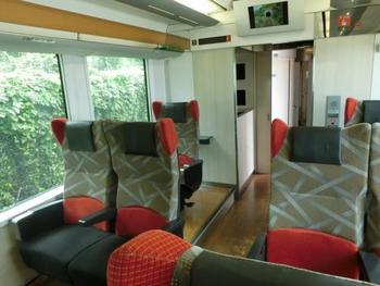 通常の座席も足元が広めのリクライニングシートでのびのび過ごせます。 明るい車内デザインと大きめの窓で景色を思いっきり楽しめるように工夫されています。