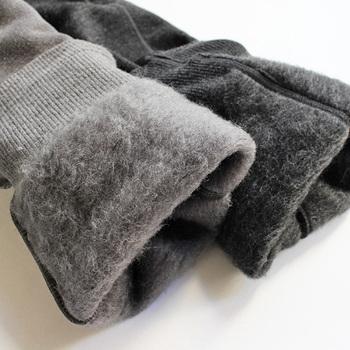 ウールやカシミヤ、シルク、ポリエステル、ヒートテックなどの温かな素材のモノを着用することも温かな冬の着こなしのポイントです。メリノウールは特に温かく保温・保湿効果に優れています。裏起毛なども空気層があるため保温に優れていますよ。