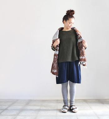 コーデュロイのあったかショートパンツにレギンスやタイツを合わせて。ゆったりトップスとパンツにはあったか素材のインナーを着こむことで、より温かく快適な着こなしになりますよ。