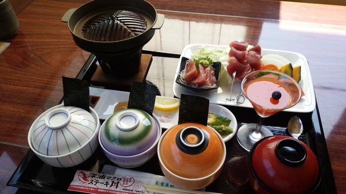こちらがその深浦マグロステーキ丼です。3種類の丼ぶりとジンギスカン鍋が特徴的で、お皿のマグロはお刺身用と焼くためのものに分かれています。 わくわくする見た目と豪華な内容、これで1500円以下というリーズナブルさも魅力的!