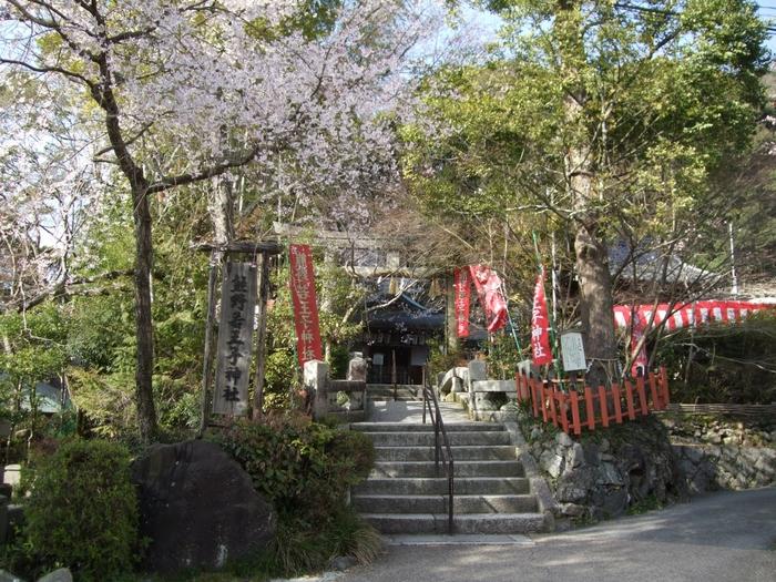 哲学の道の終点地となる若王子神社は、哲学の道から少し西側に位置する東山麓に鎮座する神社です。大勢の人でにぎわう哲学の道と比べ、若王子神社は落ち着いた雰囲気が漂います。