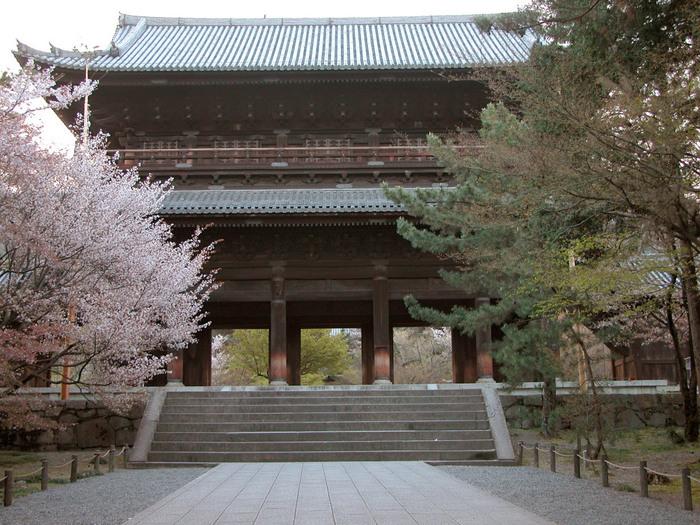 義賊として数々の作品に登場し、数世紀にわたって人々に愛されて続けている天下の大泥棒・石川五右衛門の名台詞、「絶景かな…」で知られる三門がある南禅寺も桜の名所として知られています。