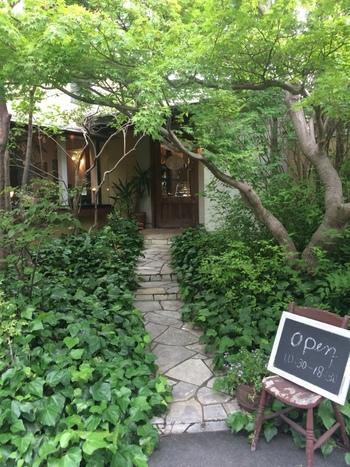 隠れ家のような、カフェ。まるでヨーロッパの田舎町の一軒家のよう。