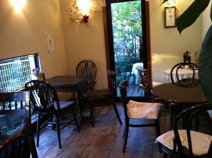 長年使い込んだアンティーク調のテーブルや、椅子たち。クラシカルな店内と、窓の外に見える木々は清々しい気分にさせてくれそうです。