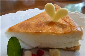 人気メニューの「ニューヨークチーズケーキ」。手作りの焼き菓子や、ケーキはお持ち帰りもできますので、是非お土産にどうぞ。