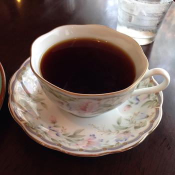 コーヒーは、香り高い「モエブレンド」がおすすめ。美味しいコーヒーをケーキと一緒に安らげるカフェで頂くと気持ちが和むこと間違いなしです♪
