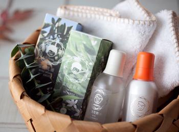 安心安全の農園「無茶々園」で作られた、家族みんなが使える化粧水と乳液のセットです。有機栽培の柑橘から採取した蒸留水と精油をたっぷり使用しています。  600円(税抜)