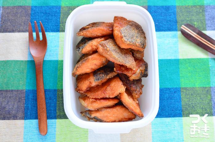 スーパーで年中手に入る鮭は、お弁当おかずにもってこいですね。小さくカットして調理すれば、お弁当にも詰めやすいですよ。朝から揚げ物をするのは大変ですから、晩ごはん作りのついでに作って冷凍しておくといいですよ。