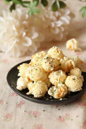 オリーブオイルで炒り、ドライバジルとチーズをまぶせば、女性向けのオシャレなイタリアン風のポップコーンに。終始強火で加熱するのがコツです。