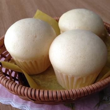 発酵なしで作れる蒸しパンは、おやつにぴったりの手軽なメニュー。こちらのレシピは卵1個の作りやすい分量で、プリン型3個分の蒸しパンに仕上がります。きれいに膨らむとワクワクしますね!