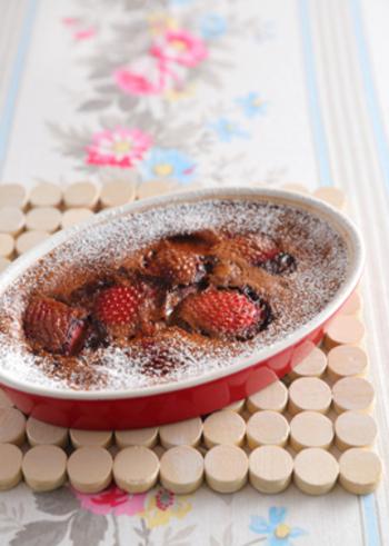 こちらはココア味のクラフティ。豆乳をベースにしているので、ヘルシーな味に仕上がっています。イチゴと粉砂糖の色がきれいに映えますね!