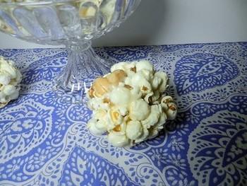 ポップコーンとピーナッツを混ぜて、マシュマロやバターなどを熱して溶かしたものをかけます。手で丸めてスナックのようにすればお子さんも喜びますね!