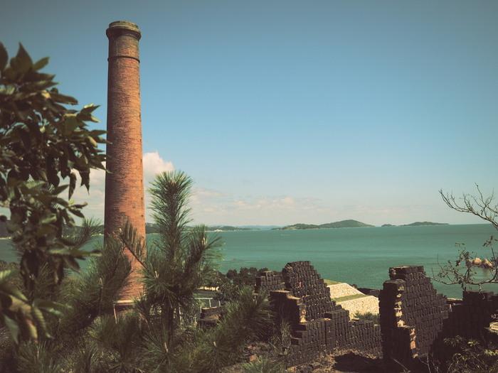 犬島の観光スポットといえば、犬島精錬所美術館です。「在るものを活かし、無いものを創る」というコンセプトで作られ、「遺産、建築、アート、環境」による循環型社会を意識しています。かつては銅の精錬所として活躍していましたが、銅価格の下落により廃業、2001年に美術館として生まれ変わりました。