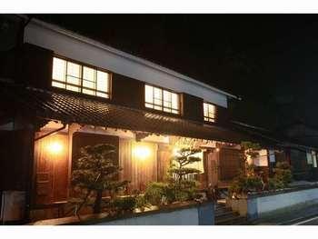豊島の宿泊施設は、民宿タイプが多いです。モダンなアートに触れた後に伝統的な日本式のお宿に帰ってくると、なんだかほっとするという方もいるようです。多くの民宿で、地元の野菜や魚介を使ったお料理をいただけます。
